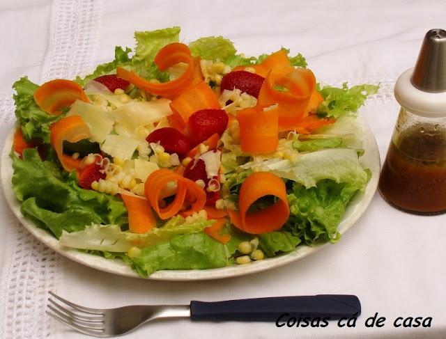 Salada de alface, cenoura e morango