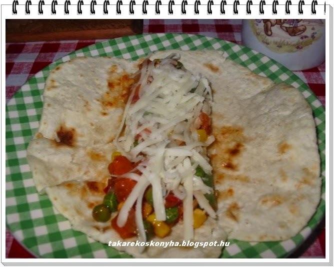 Tortilla lapok  vegyes zöldséggel és sajttal  töltve/házilag