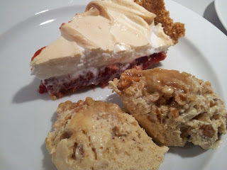 Øl-is m. karameliserede mandler og marengs-tærte m. jordbær/rabarberkompot på kiksebund.