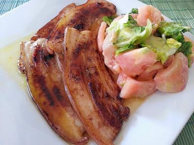 Panceta acompañada de ensalada con salsa de miel y mostaza.