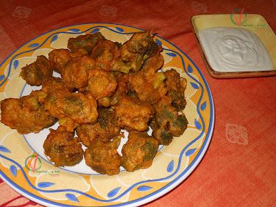 Buñuelos indios de brócoli con salsa de yogur
