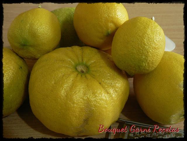 Delicadas tartas de limón para el té y espuma de limón para el postre