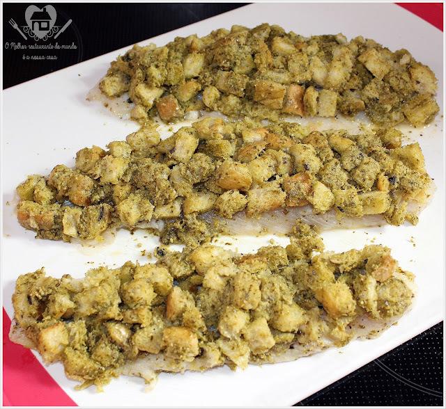 Peixe com crosta crocante feita com pão italiano e molho pesto