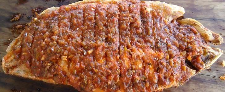 peixe assado com escamas na churrasqueira