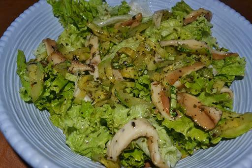 Salada verde de alface com abobrinha e shiitake