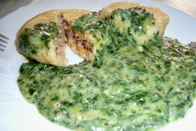 Zemiakové knedlíky plnené údeným mäsom na špenáte