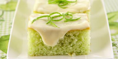 bolo com cobertura de gelatina cremosa