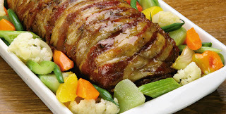 carne picada enrolada em tiras de bacon