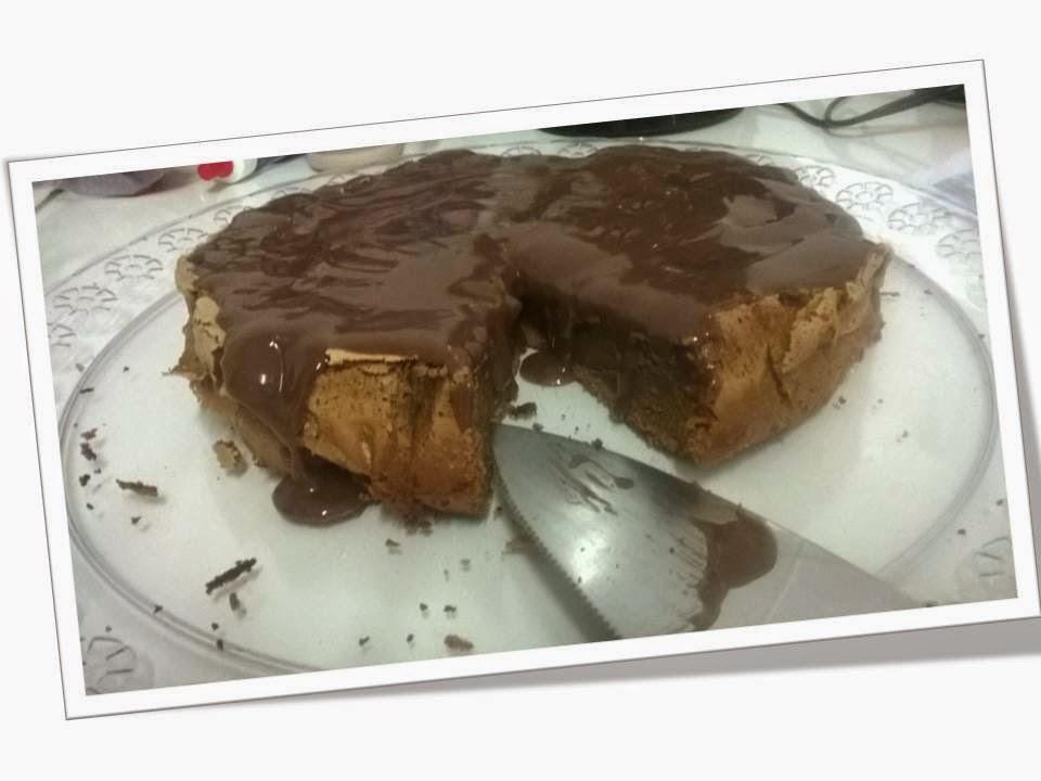 de bolo de chocolate com cobertura cremosa e crocante