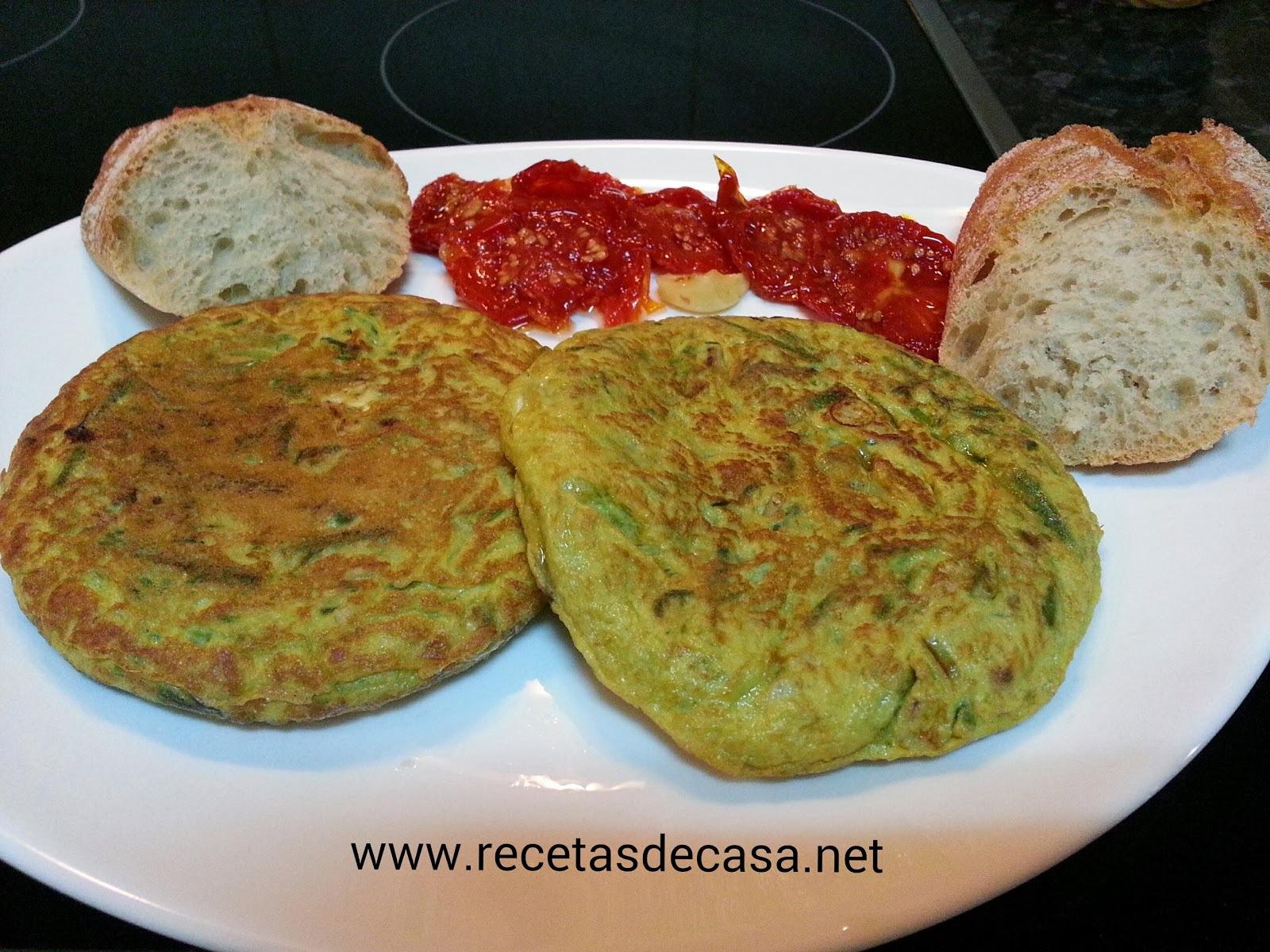 Tortilla de espárragos con tomate secos aliñados