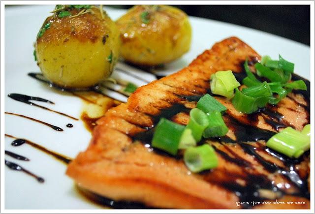 sensacional: salmão ao molho de soja com mel e batatas sautée