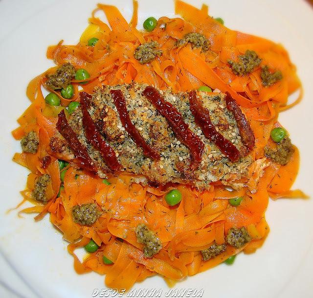 Salmão com crosta crocante acompanhado de talharim de cenouras ao molho pesto
