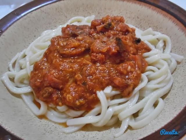Macarrão com linguiça e sardinha com tomate Gomes da Costa