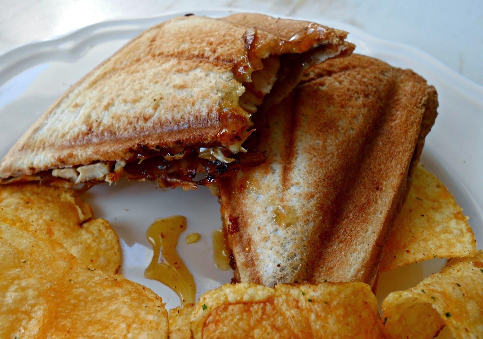 Sandwich de pollo y cebolla caramelizada