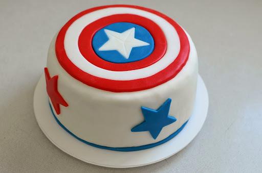 Captain America Torte     (Eierlikörkuchen mit Himbeerfüllung)
