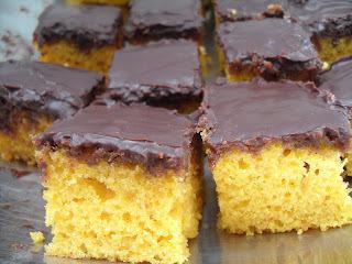 bolo da discórdia quadradinhos de bolo de cenoura com calda de chocolate