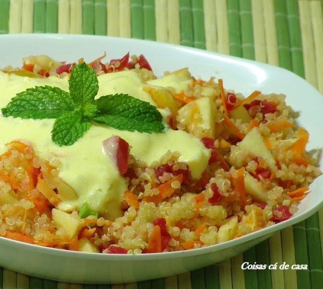 Salada de quinua com molho de maracujá