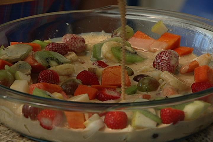 salada de frutas simples com leite condensado e creme de leite
