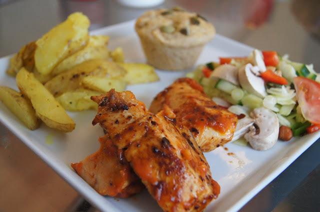 BBQ kyllingefilet med bådkartofler, salat og madbrøds muffins.