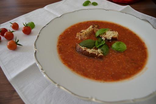 Čerstvá paradajková polievka s krutónmi