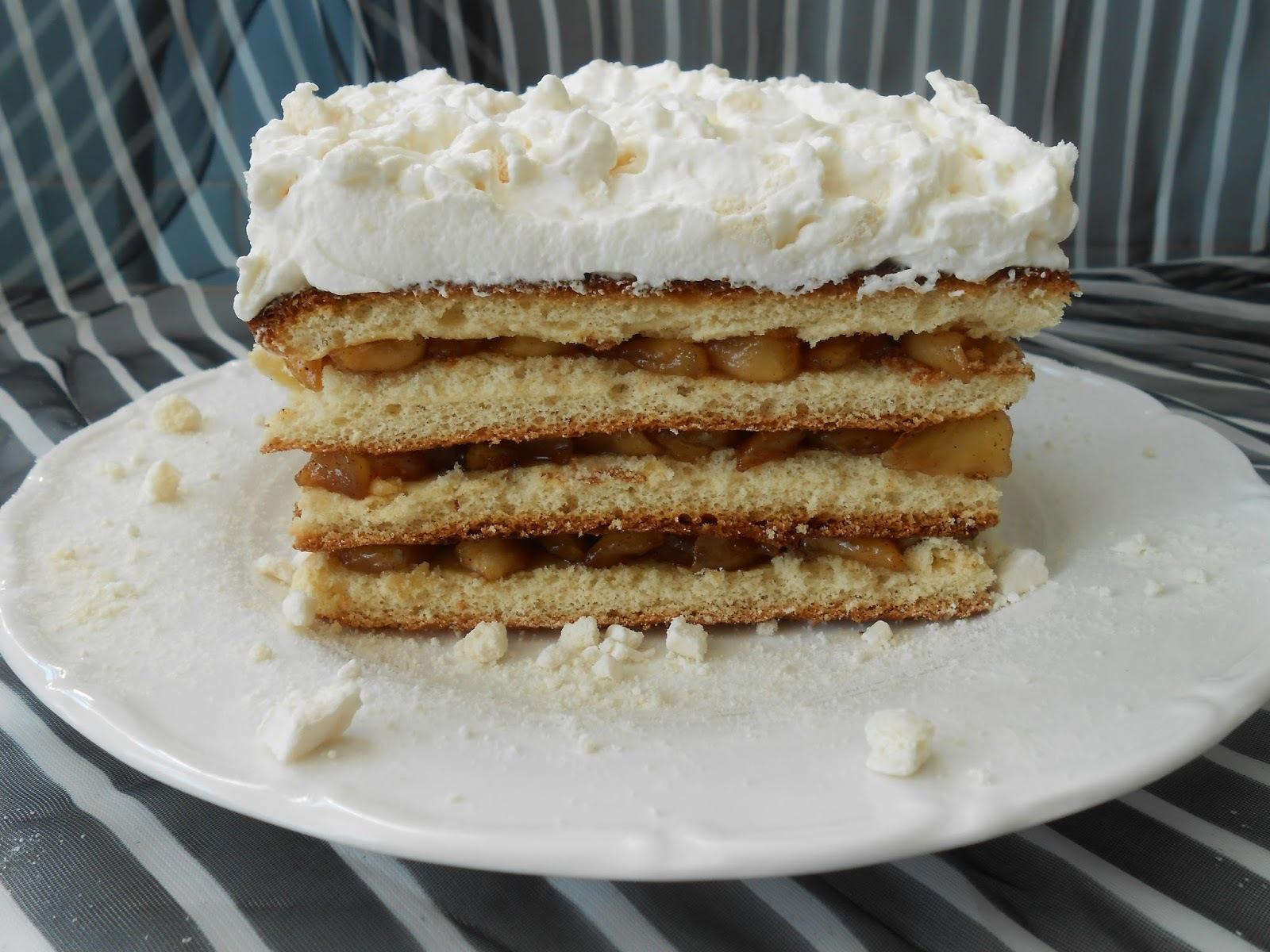 Postre de manzanas caramelizadas y nata con merengue