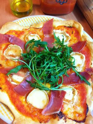 Pizza Con Queso De Cabra, Rúcola y Serrano