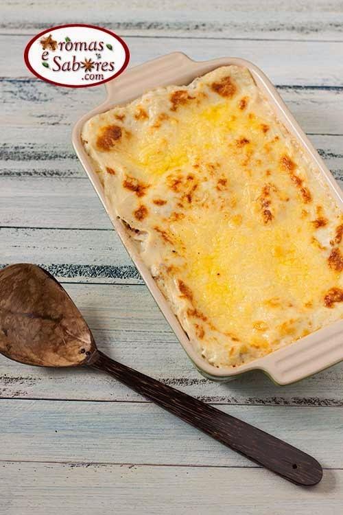 Lasanha a bolonhesa com molho branco, presunto, queijo e ovos