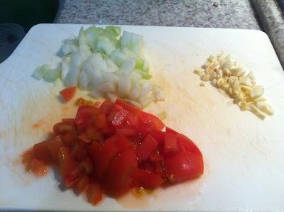 salada que combina com arroz com galinha simples
