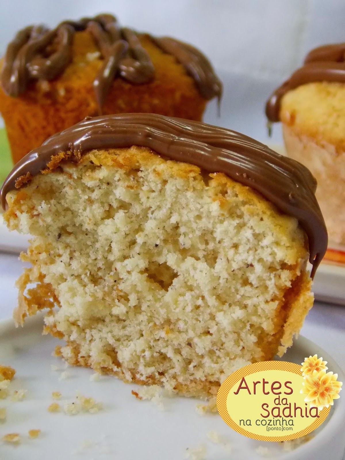 muffins de coco com banana e cremogema   com cobertura de  creme de avelãs
