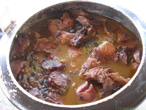 Feijão com Osso de Patinho (um prato típico aqui do nordeste, Recife.) No sudeste ou em outro estado só encomendando o osso do patinho ao açougueiro.