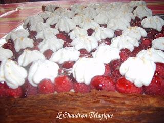 Tarte bling-bling aux framboises : de la crème chantilly pailletée, une crème pâtissière au kirsh, et du chocolat blanc.