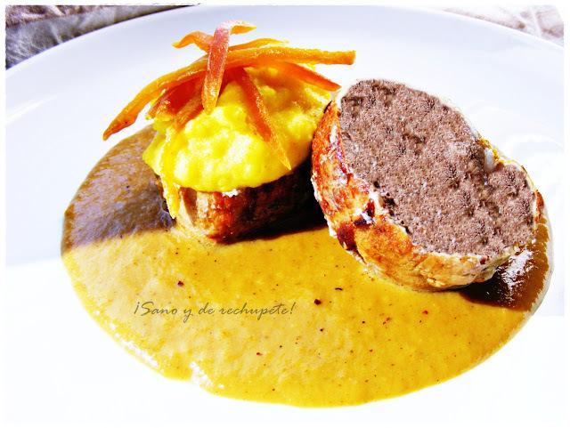 Medallones de solomillo de cerdo sobre crema de curry-mango y puré de papas a la cúrcuma