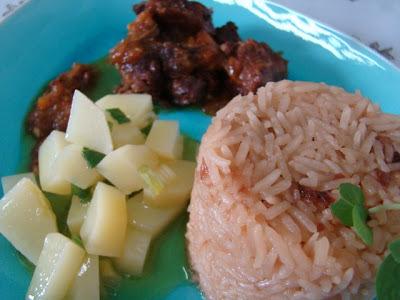 Refeição completa - Arroz moreninho, carne de panela com tomilho e batatas em molho de mostarda e mel.