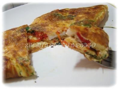 Omelete simples com tomates e manjericão