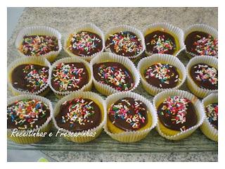 de cupcake que ja vai ao forno recheado de chocolate