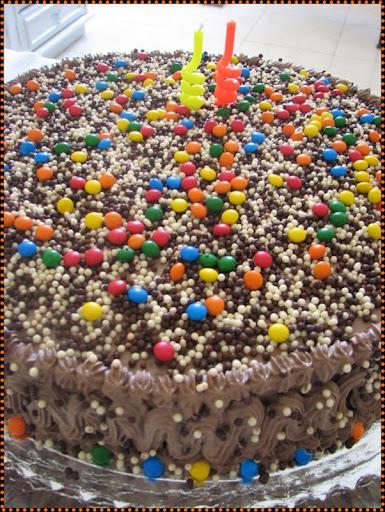 O bolo que combinou com os brigadeiros.