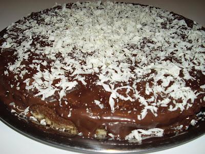 Bolo de chocolate que já sai do forno com recheio