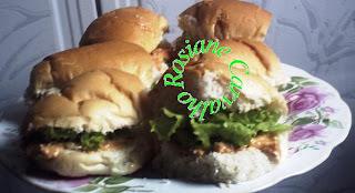 sanduíche de peito de frango com queijo minas e peito de peru