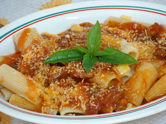 Rigatone com muçarela ao molho de tomates e manjericão