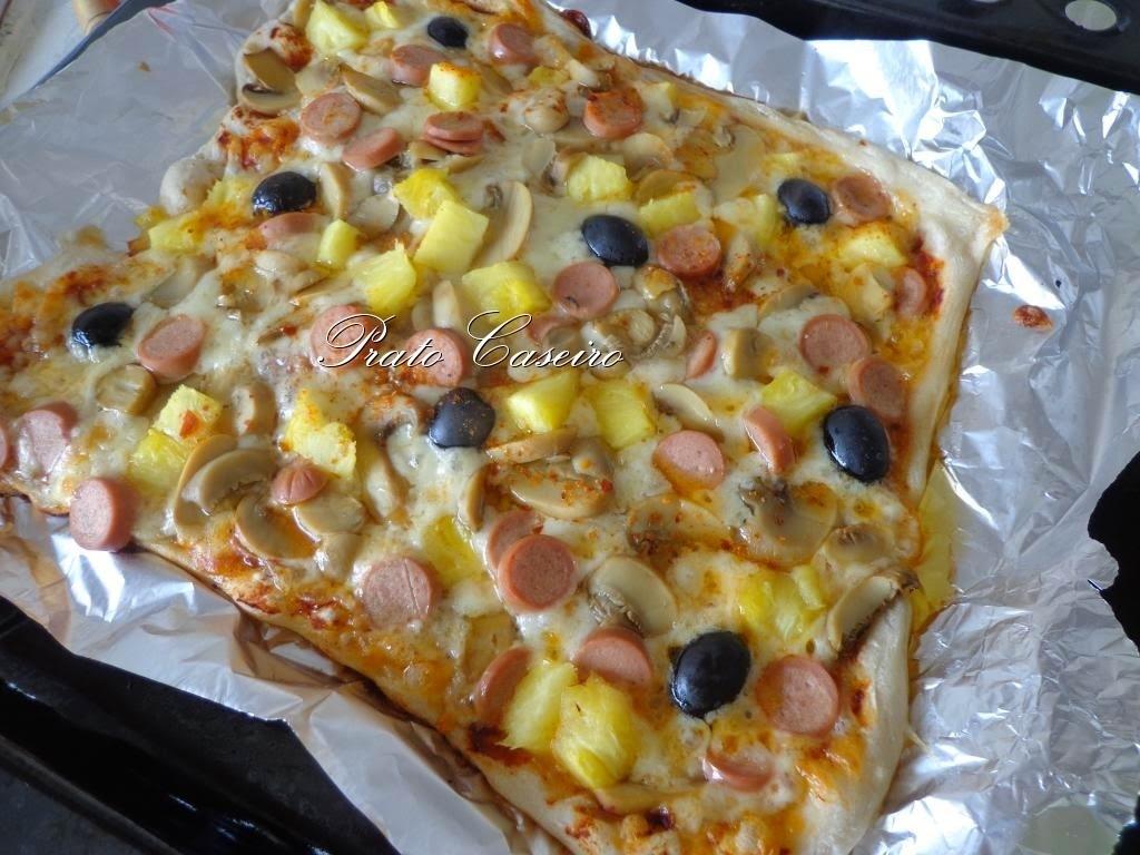 Pizza escangalhada de salsichas com cogumelos, ananás e azeitonas pretas com piripiri