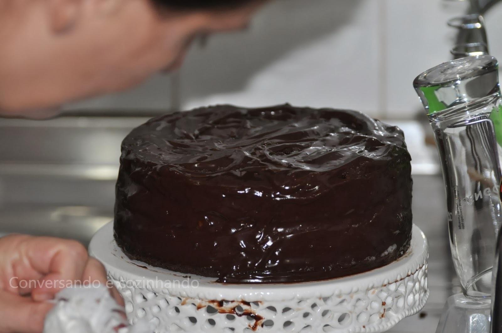 Eu saí na fotchenha, e olha a receita do bolo de chocolate sem farinha e sem leite aí...