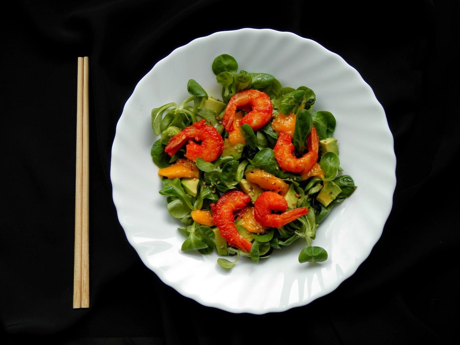 Salade thaï à l'avocat et mangue et ses crevettes panées aux épices tandoori