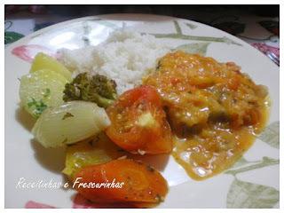 Peixe ensopado e legumes assados
