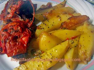 Χοιρινό μπούτι στη γάστρα με πιπεριές και ντομάτα
