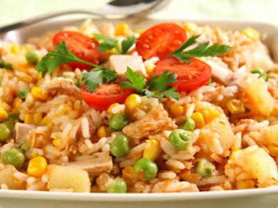de arroz com seleta de legumes e atum