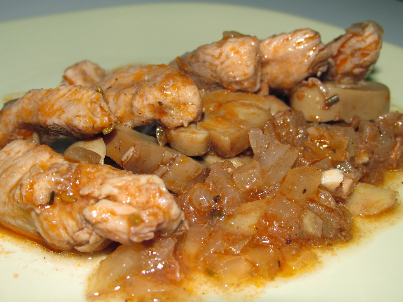 Lagrimitas de pollo con champiñones en salsa de romero y tomillo.