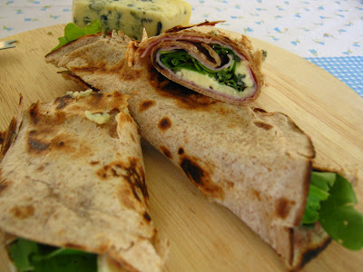 Wraps de rúcula com gorgonzola e geleia de frutas silvestres