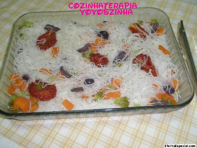 salada com macarrão de arroz bifum