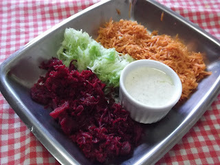 Salada Multi colorida com molho de queijo labneh  0% de lactose