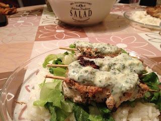 Joghurtos saslik salátaágyon